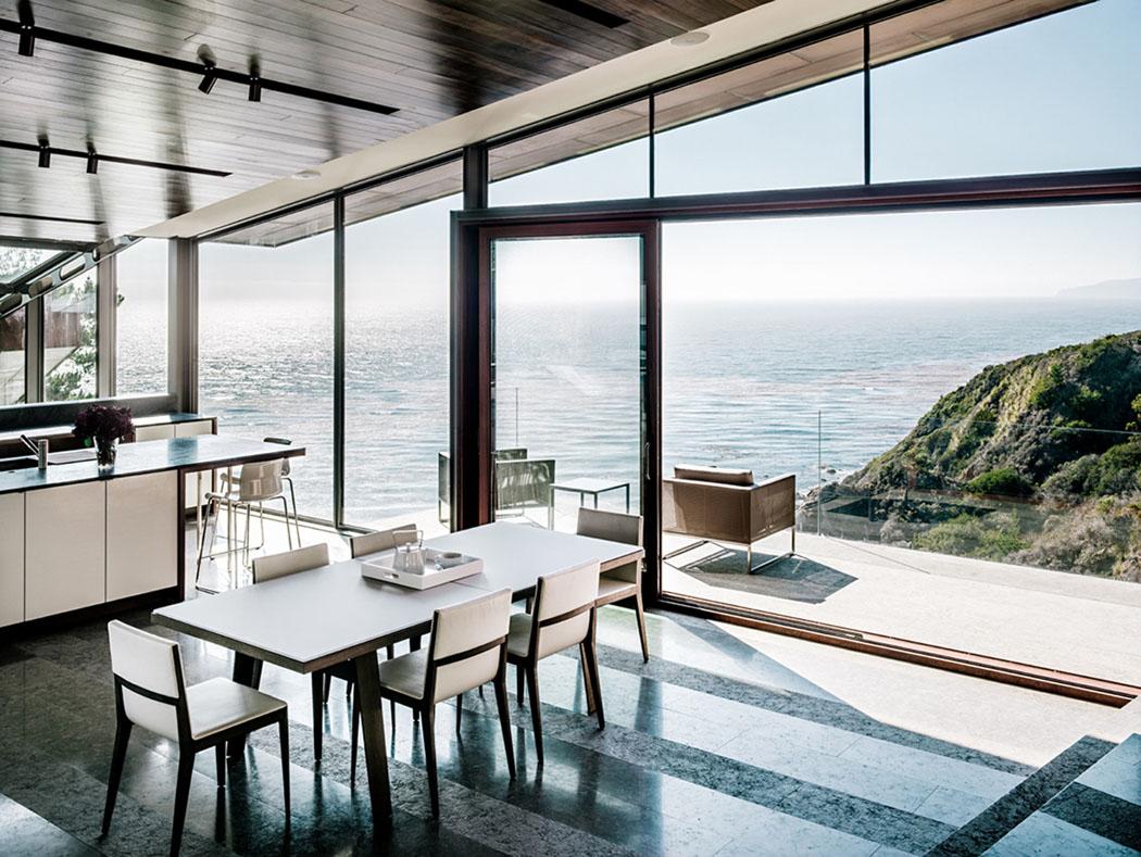 Magnifique maison contemporaine en Californie avec une vue  : salle a manger avec vue mer design minimaliste luxe from www.vivons-maison.com size 1050 x 789 jpeg 241kB