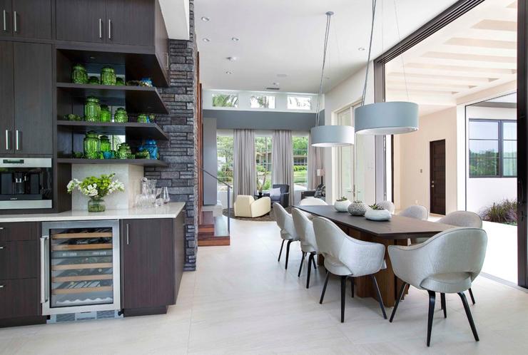 Maison contemporaine en floride au design luxueux et for Belle salle a manger contemporaine