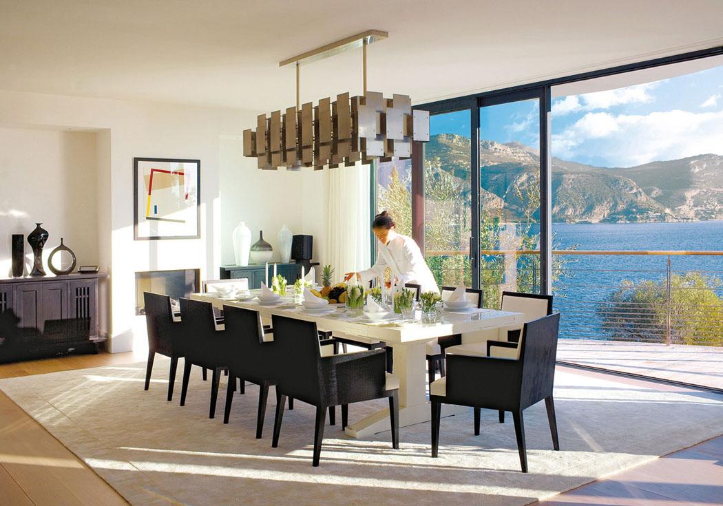 a ct du sjour se trouve une grande salle manger tout aussi claire avec une belle vue sur leau