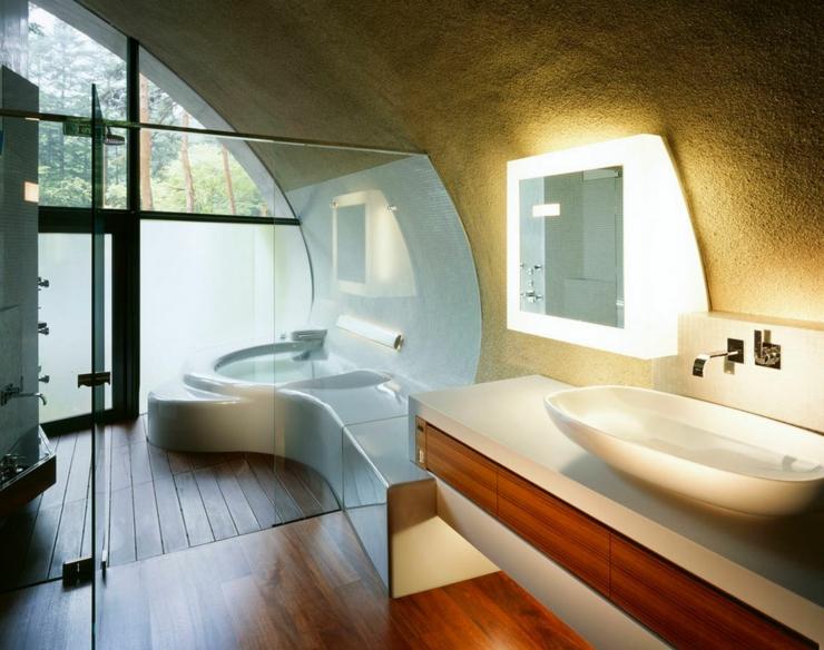 Une des salles de bains luxueuses de cette maison moderne. intérieur salle de bains minimaliste luxe