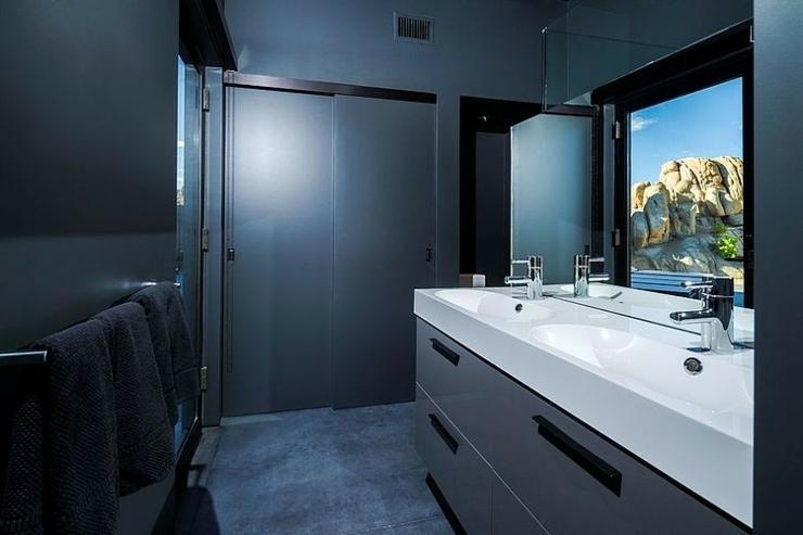Etonnante maison d architecte au c ur du d sert for Salle bain sombre