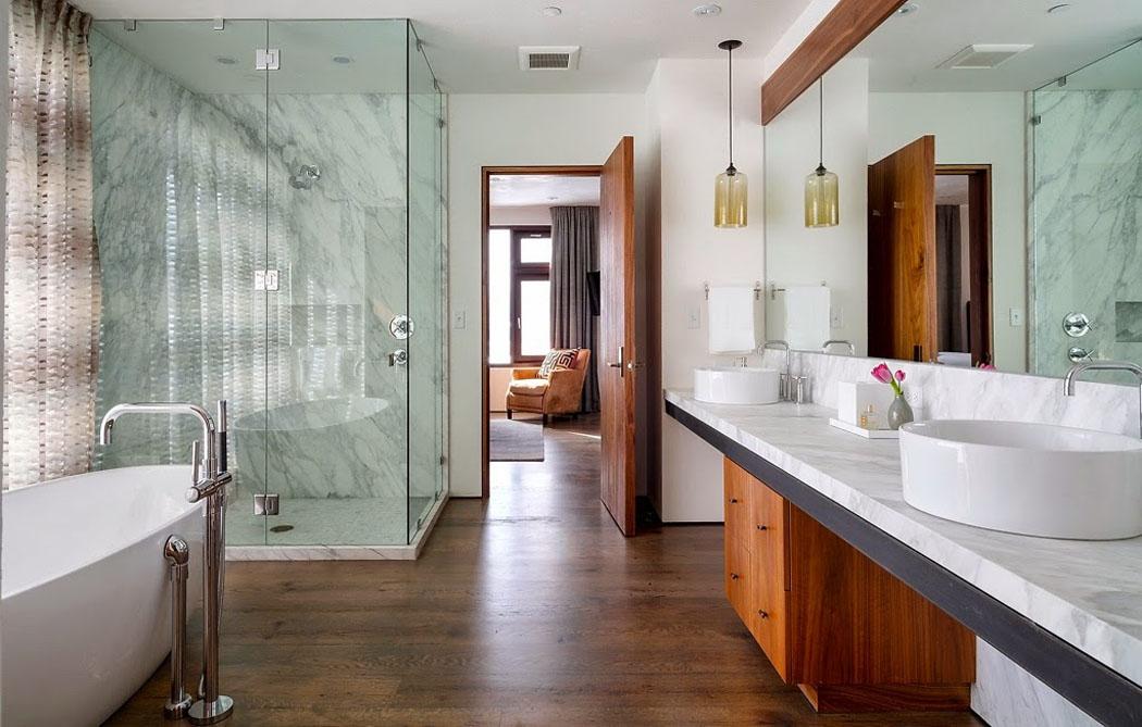 Une maison rustique modernis e dans l esprit clectique for Salle de bain douche et baignoire ilot