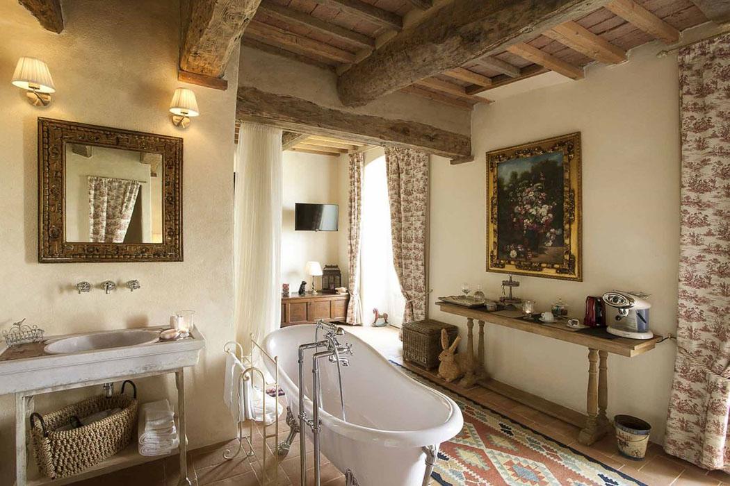 une ancienne maison de charme au c ur de la c l bre r gion toscane transform e en un h tel. Black Bedroom Furniture Sets. Home Design Ideas