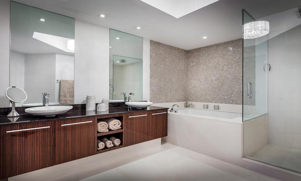 Appartement de luxe avec belle vue sur l eau situ sur la for Salle de bain avec baignoire et douche