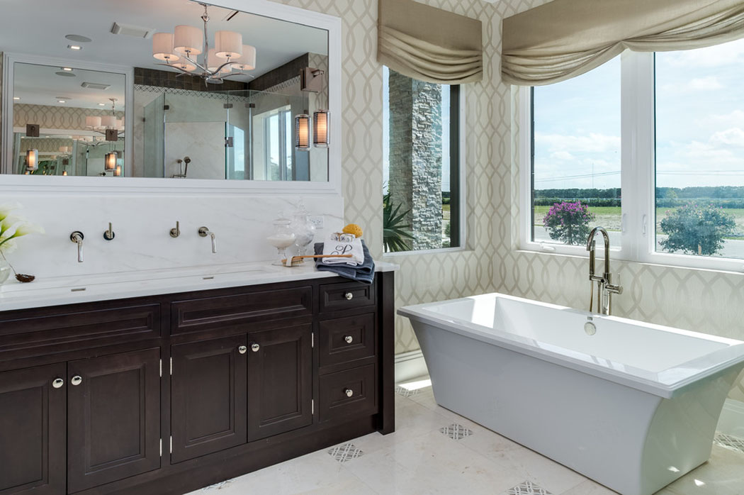salle de bain de luxe avec jacuzzi avec des. Black Bedroom Furniture Sets. Home Design Ideas