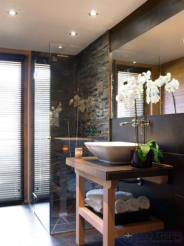 Chalet en bois luxueux pour les amoureux de la montagne for Salle de bain rustique moderne