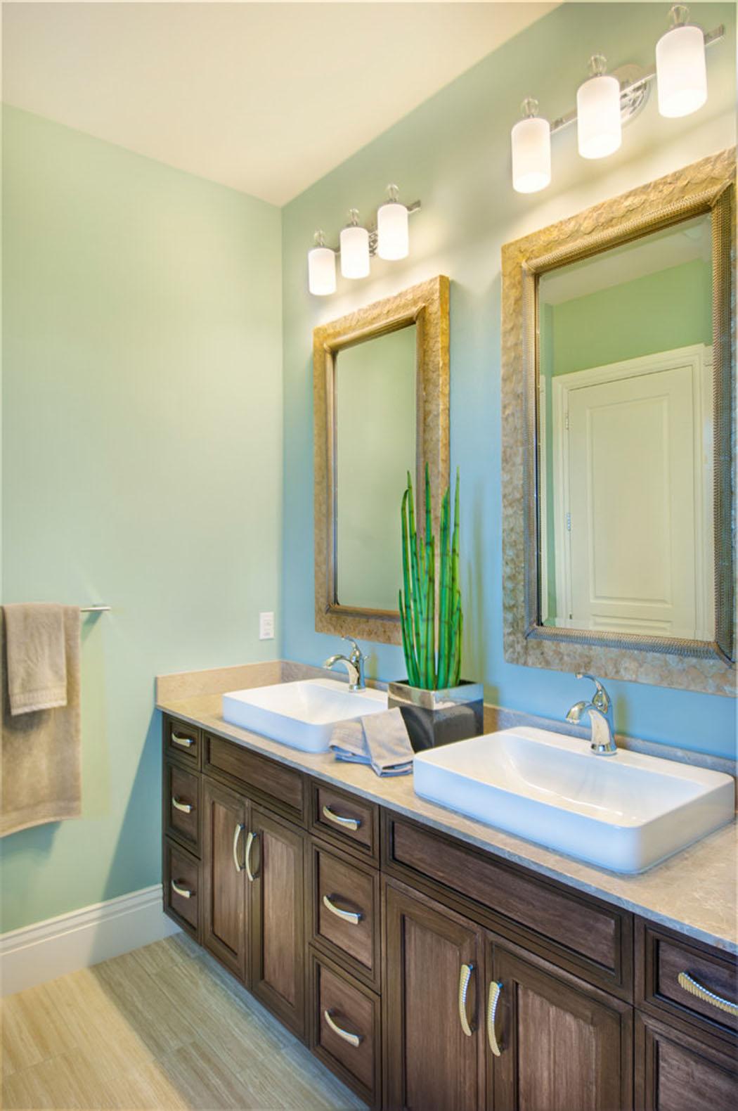 Jacuzzi Pour Petite Salle De Bain : Une des salles de bains de cette belle demeure de charme côtier