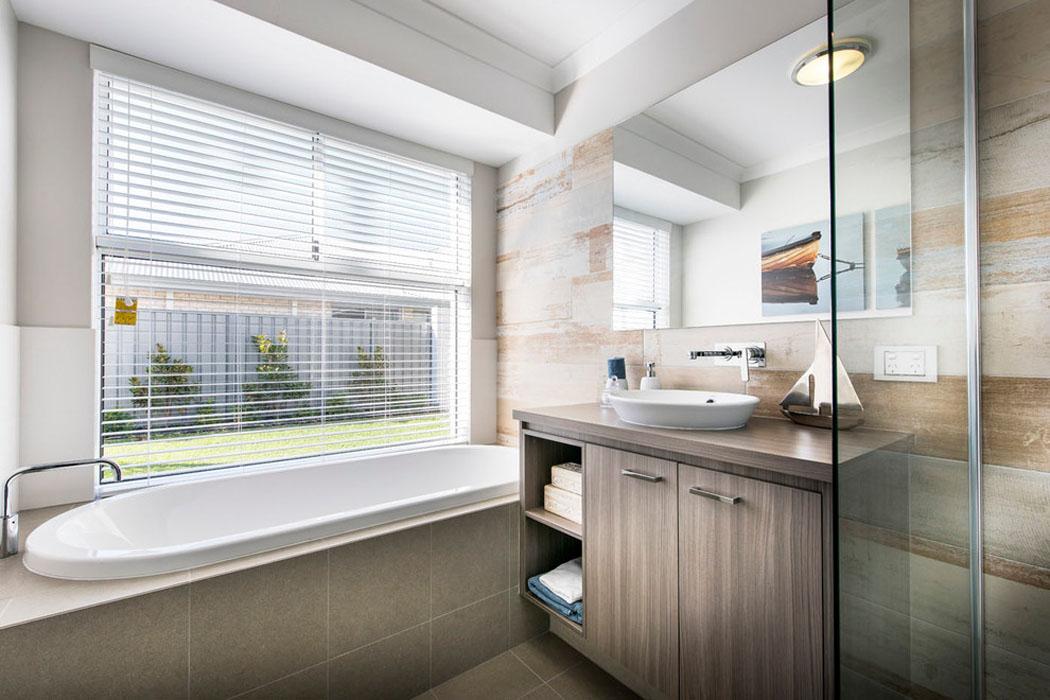 Design int rieur agr able et moderne pour cette jolie maison de vacances en australie vivons - Baignoire et douche dans petite salle de bain ...