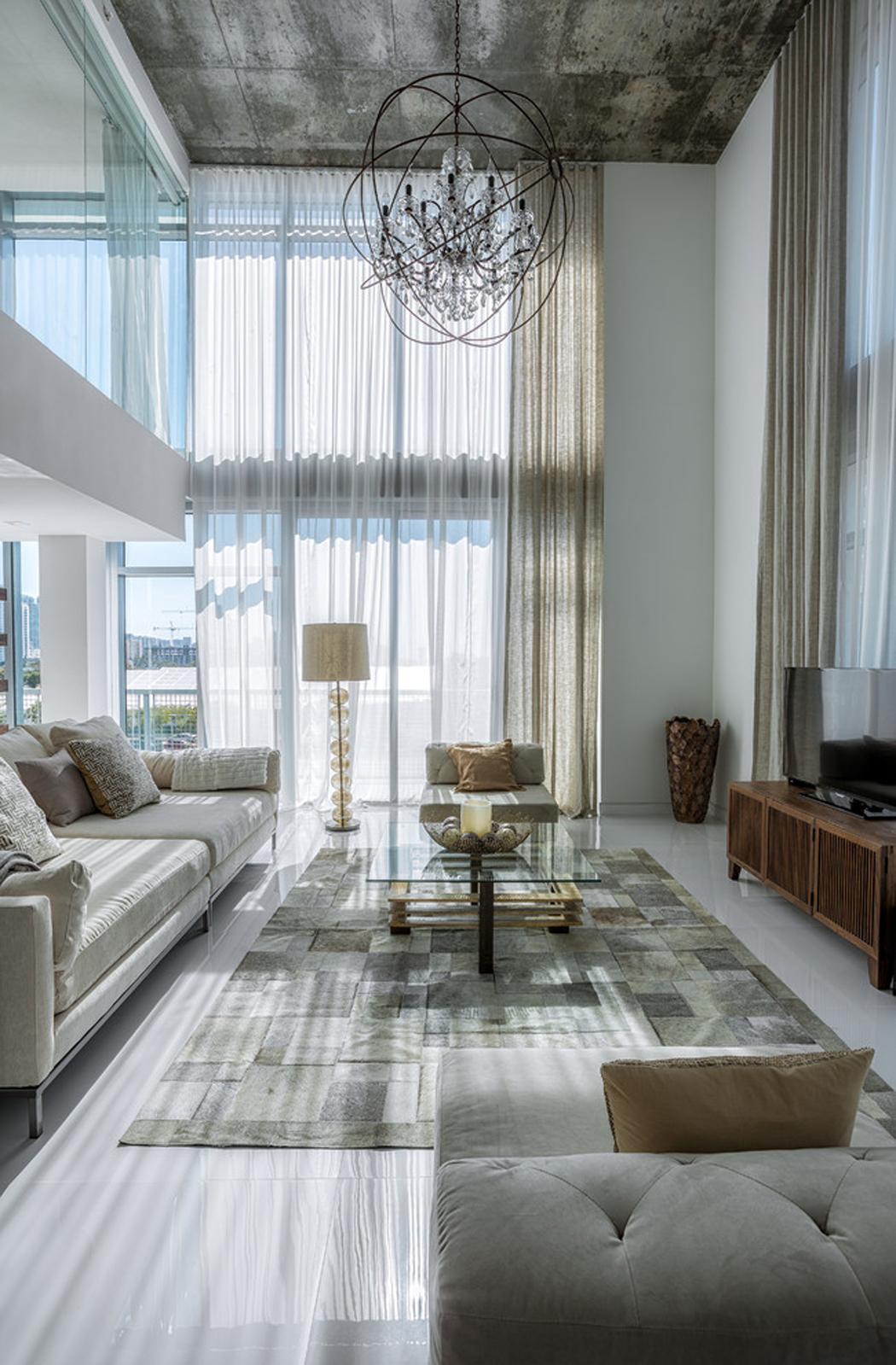 Bel appartement en duplex au design moderne situ miami for Curtains floor to ceiling windows