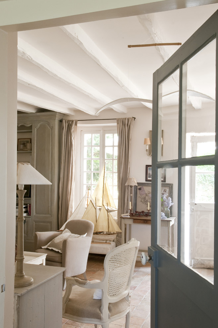 Jolie maison de campagne au design romantique en france for Interieur de maison moderne