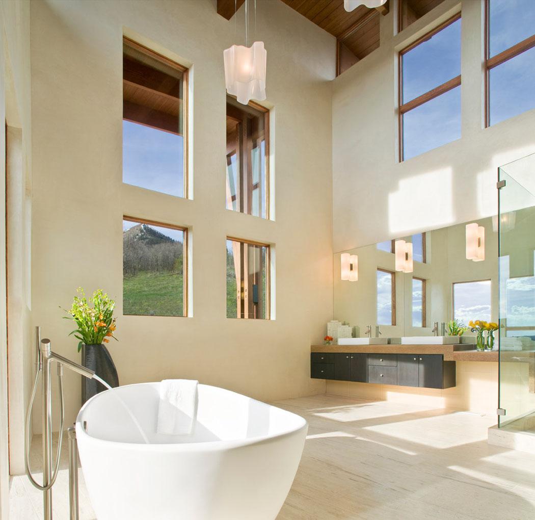 Chalet de montagne l architecture moderne dans l tat de for Interieur maison moderne salle de bain