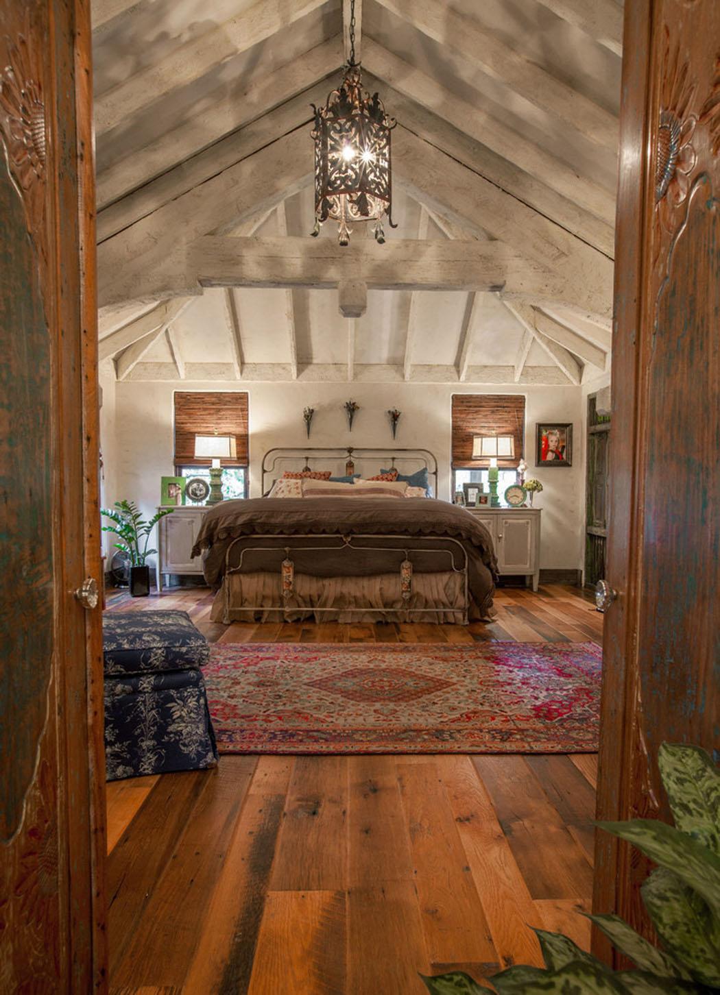 Maison rustique l int rieur en bois et ambiance bien for Chambre poutre apparente