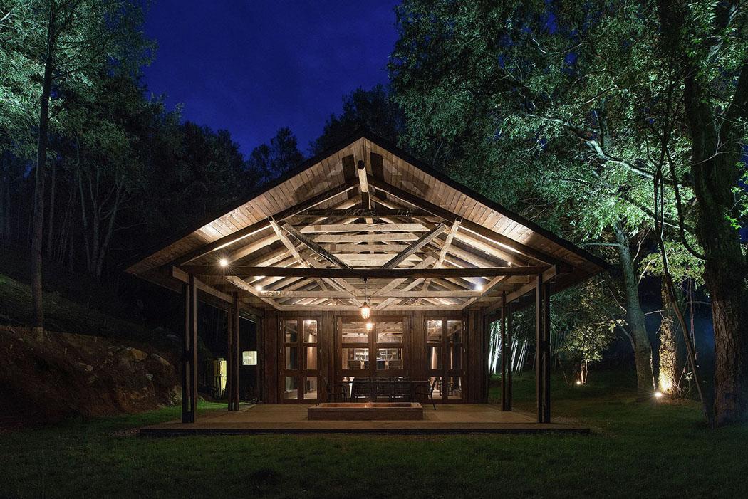 une grange en bois transform e en jolie maison de vacances. Black Bedroom Furniture Sets. Home Design Ideas