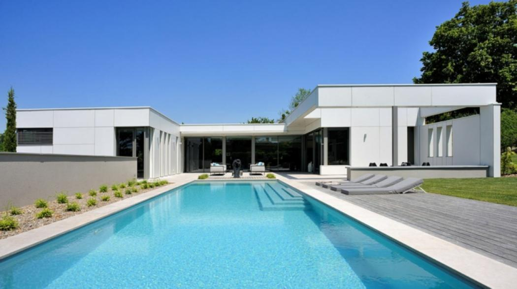 Maison plain pied contemporaine avec piscine ventana blog - Photo maison avec piscine ...