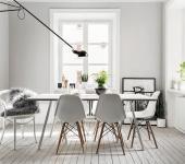 Superbe maison au design intérieur à la scandinave avec chaise « Charles & Ray Eames »