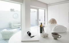 intérieur aménagé tout en blanc