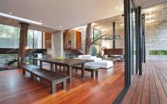 bois, béton, verre maison familiale originale arbres vivants