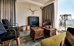 petit salon assises confortables et table basse originale