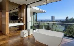 baignoire salle de bain avec vue sur la ville