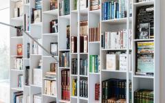 La bibliothèque grande et fournie