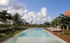grande piscine outdoor près de la plage vierge