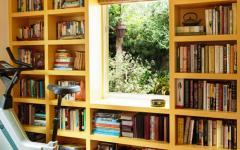 Bibliothèque avec la fenêtre au milieu