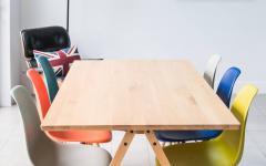 salle à manger moderne table chaises eames icône