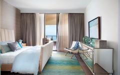 chambre avec baies vitrées donnant sur le balcon