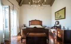 mobilier très rétro chambre belle demeure rustique