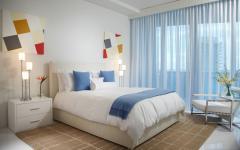 grande et élégante chambre design déco blanc et bleu