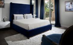 chambre d'ami lit double en blanc et bleu