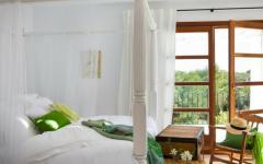 chambre lit badaquin blanc villa rustique ibiza