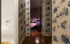 couloir décoré aux papiers peints à motifs