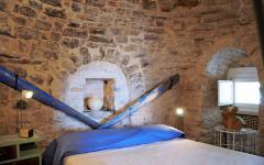mur en pierre chambre à coucher principale