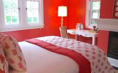 chambre à coucher à la déco rouge
