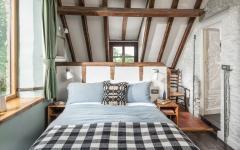poutres apparents chambre dans les combles vieille maison rénovée