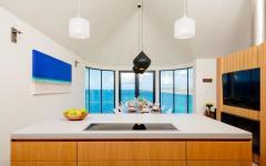 cuisine aménagée ouverte donnant mer