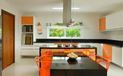 cuisine aménagée orange moderne placards