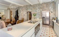 belle cuisine en blanc ouvert sur séjour