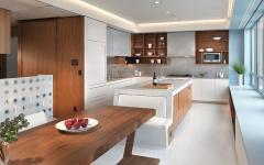belle cuisine spacieuse et salle à manger à la fois
