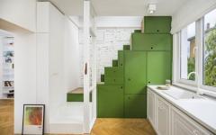escalier cuisine ouverte placards blancs