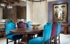 Grande cuisine avec coin salle à manger aux chaises dépareillées