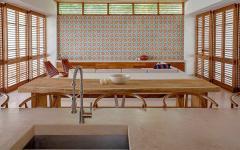 volets fermés séjour & cuisine ouverte villa