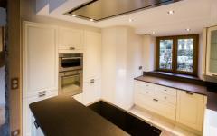 cuisine ouverte placards blancs maison rénovée