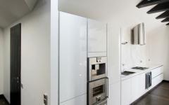 cuisine ouverte aménagée en blanc