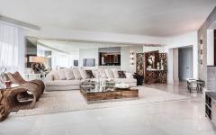 Intérieur moderne et luxueux appartement avec vue sur la mer