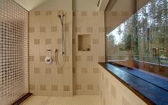 cabine de douche spacieuse vue sur jardin
