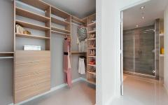 dressing ou armoire ouvert
