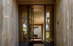 la porte d'entrée au design original en latte de bois