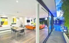 rez-de-chaussée spacieux aux murs en verre